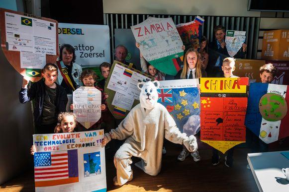 Een veertigtal kinderen van zes basisscholen nam deel aan de klimaattop in het gemeentehuis