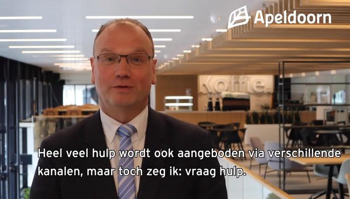 Burgemeester Ton Heerts ziet 'dat er heel veel initiatieven ontstaan om elkaar te helpen en dingen voor elkaar te doen',  zo zegt hij in een videoboodschap.
