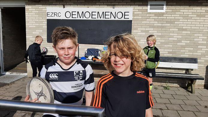 """Ferron Dellebeke (9 jaar - links op de foto) en Sil Terlouw (8) van rugbyclub Oemoemenoe uit Middelburg. ,,Het is wel jammer dat ouders niet bij de training kunnen zijn."""""""