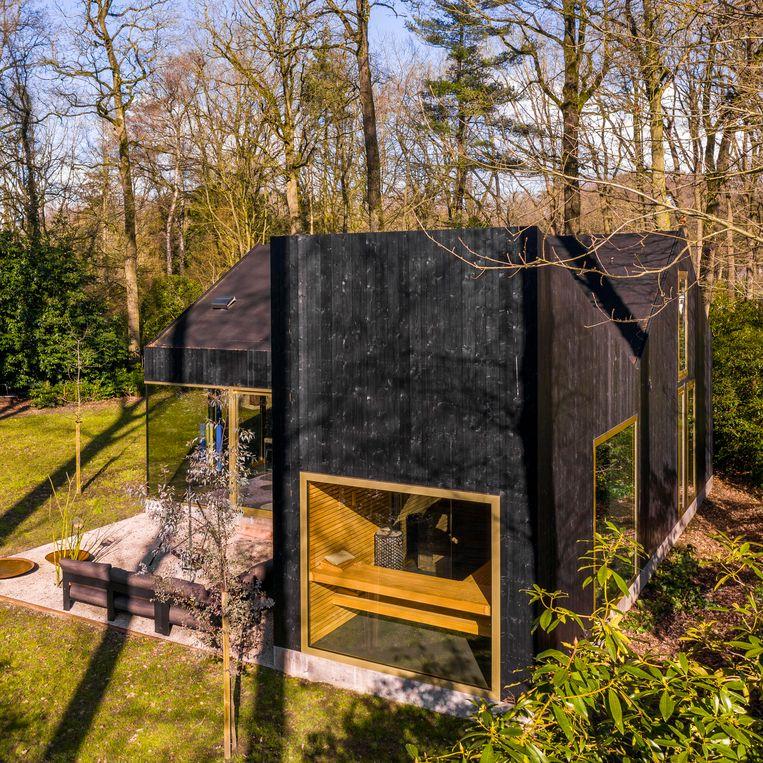 De aanbouw biedt plaats aan de badkamer en de sauna. Inkijk is er niet, dus privacy is verzekerd. Beeld Luc Roymans