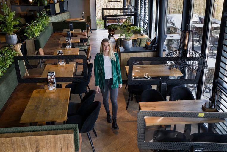 Cindy Groenestein van restaurant De Beren in Capelle aan de IJssel heeft onlangs de computertool voor een coronaproof restaurant getest. Beeld Arie Kievit