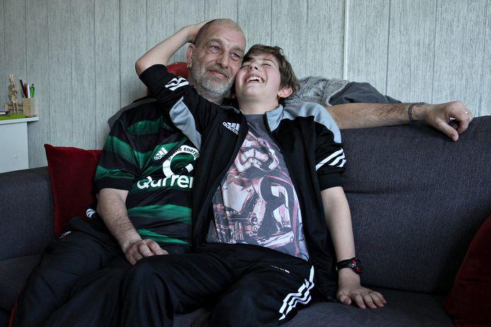 Edwin en zoon Damien, thuis op de bank. 'Pap, wat is een ghetto?'
