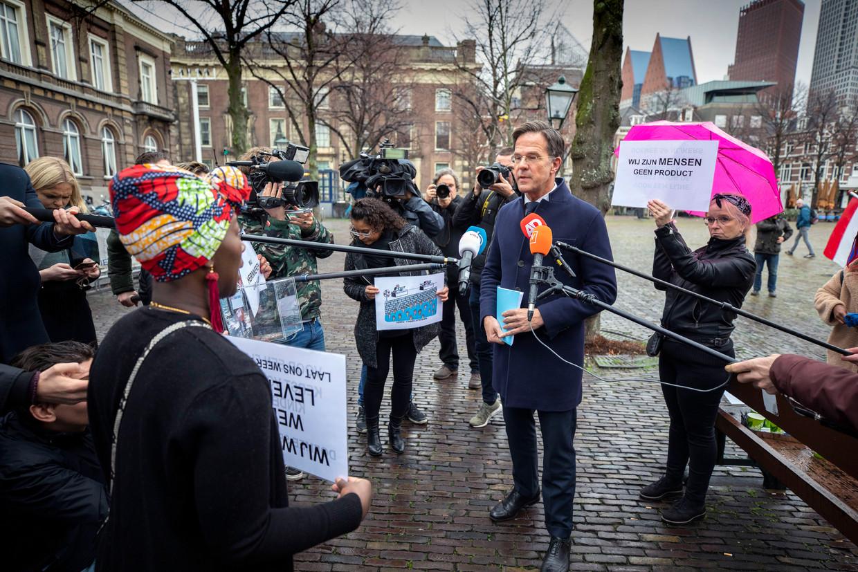 Den Haag, 26 november 2020: gedupeerde ouders op het Plein voor de Tweede Kamer in gesprek met premier Mark Rutte.