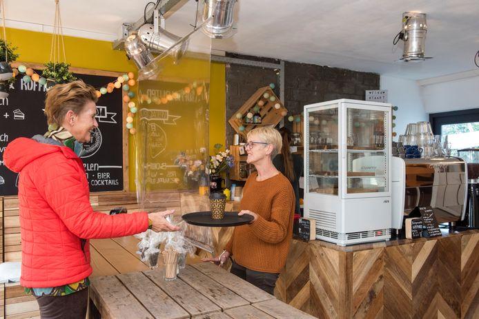 Een klant krijgt koffie van de moeder van Karlijn Kooke. Zij springt bij waar nodig.
