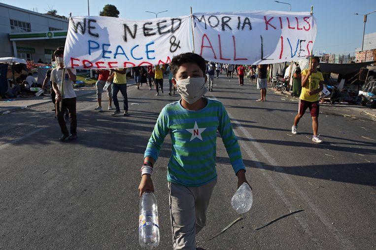 Vluchtelingen protesteren tegen de mensonwaardige leefomstandigheden op het eiland. Er zijn 12.500 ontheemden uit alle windstreken. Beeld EPA