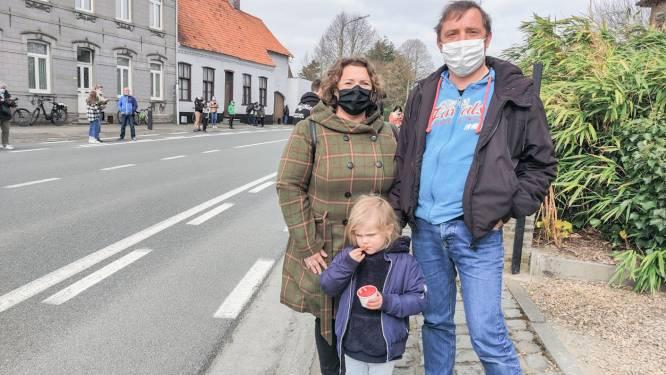 Op een paar kilometer voor de finish de renners aanmoedigen in Petegem