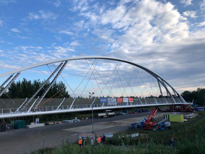 Fietsbrug Tegenbosch ligt zaterdagavond klaar voor plaatsing over de Randweg Eindhoven