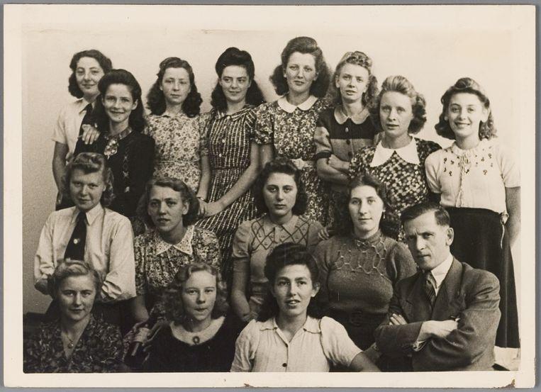 Alle meisjes op deze foto werken in een modeatelier in Amsterdam en dragen halflange krullen. De meesten hebben het voorste deel van hun haar opgestoken, zoals de mode in de jaren veertig voorschrijft. Beeld Joods Historisch Museum