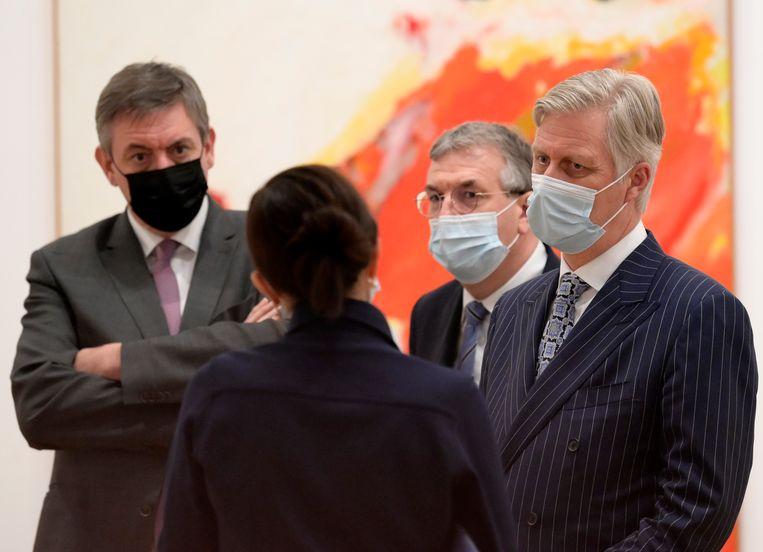 Jan Jambon (N-VA) en koning Filip bij de opening van de retrospectieve van Roger Raveel in Bozar.  Beeld BELGA