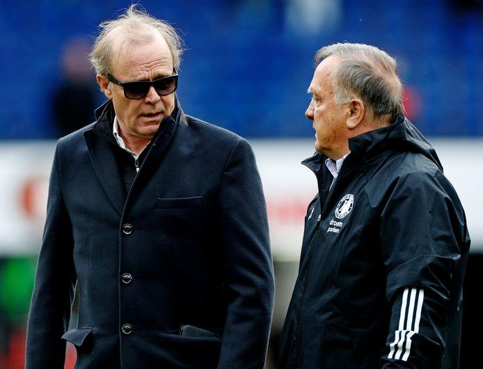 Clubarts Casper van Eijck in gesprek met Feyenoord-trainer Dick Advocaat.