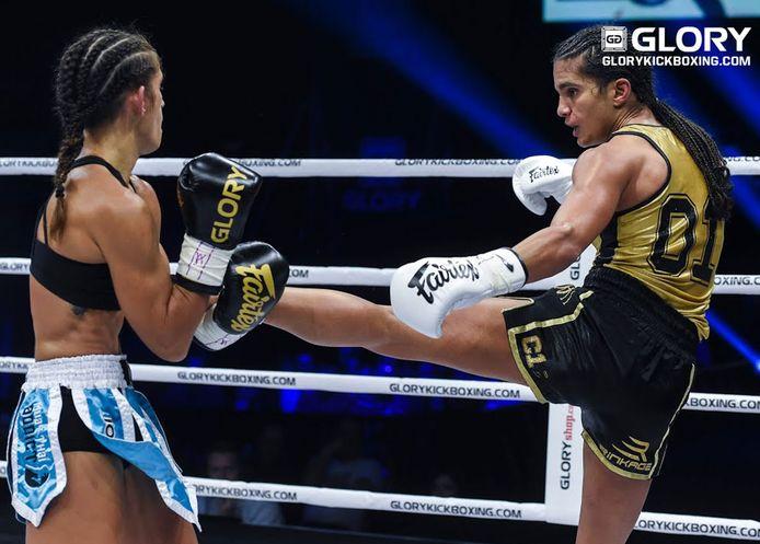 Anissa Meksen (Rechts) in gevecht met de huidige Glory Super Bantamgewicht kampioen Tiffany van Soest.