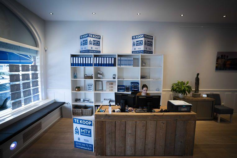Een makelaarskantoor in Den Haag. Makelaars hebben de 'macht van de informatie', zegt de Vereniging Eigen Huis. Beeld ANP