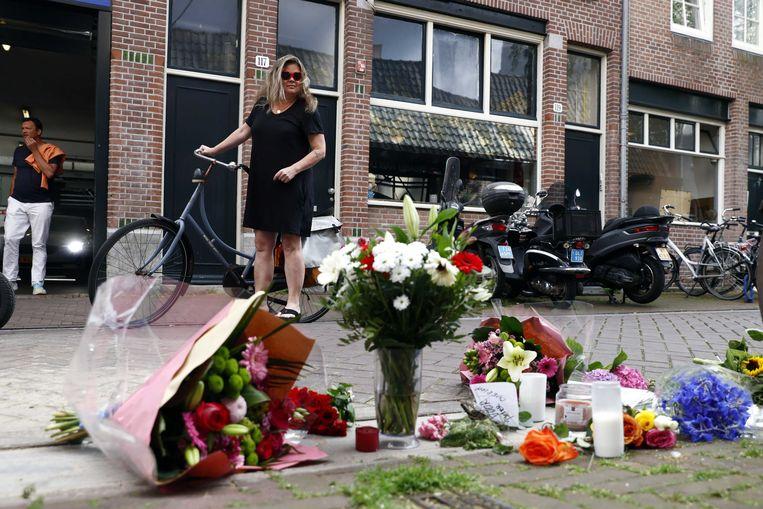 Bloemen, kaarsjes en steunbetuigingen aan Peter R. de Vries in de Lange Leidsedwarsstraat in het centrum van Amsterdam. De misdaadverslaggever ligt zwaargewond in het ziekenhuis, na een aanslag op zijn leven. Beeld ANP