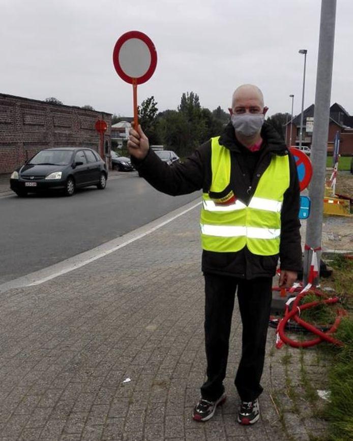 BURST Andy Van De Steene is voor het tweede jaar op post om de leerlingen van GBS Schatteneiland veilig Dorent over te helpen.