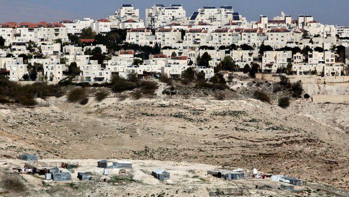 De nederzetting Maaleh Adumim met daarnaast tenten van bedoeïenen.