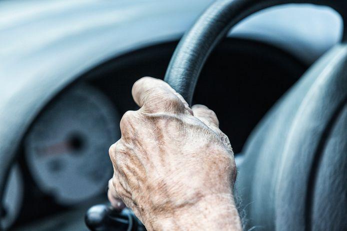De 72-jarige vrouw deed een inhaalmanoeuvre, maar dat liep verkeerd af.