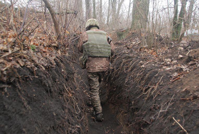 Een Oekraïense militair in een loopgraaf bij Donetsk.  Beeld Reuters
