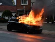 Gezin beleeft schrik van hun leven: auto vliegt tijdens rijden in brand in Westerhaar