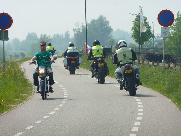 Ondanks een rijverbod komen motorrijders in weekenden toch op de Lekdijk.