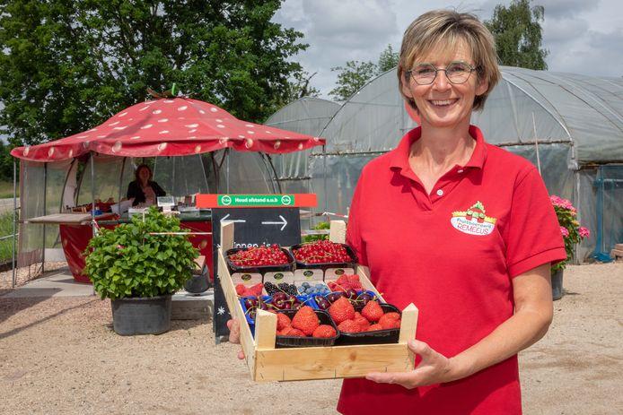 Joleen Remeeus is een bekend gezicht in Kapelle-Biezelinge, waar ze fruit verkoopt.