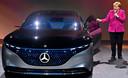 Angela Merkel bewondert bij de opening van de autoshow een conceptcar van Mercedes: de volledig elektrische EQS. Hij vormt de basis voor een nieuw, elektrisch topmodel van Mercedes dat in 2021 te koop zal zijn.