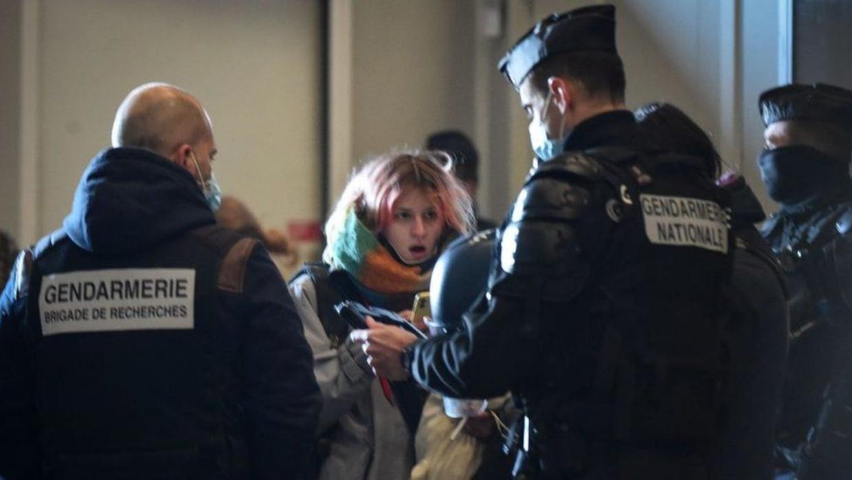 Een eerdere poging om de rave te beëindigen mislukte, nadat de gasten flessen en stenen gooiden naar de politie. Beeld Getty