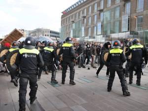 Man (31) uit Nijmegen aangehouden voor bekogelen politie met stenen bij rellen in Eindhoven