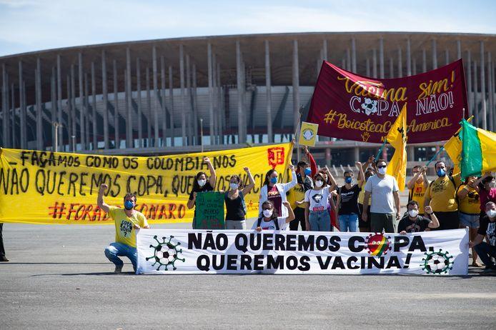 Betogers demonstreren voor het Estádio Mané Garrincha in Brasília tegen de Copa América. Ze eisen dat de regering meer vaccins tegen het coronavirus beschikbaar stelt.