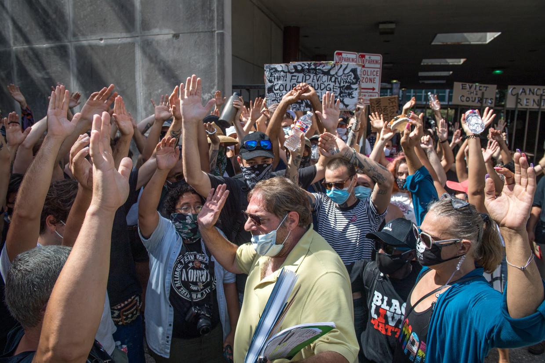 In New Orleans blokkeren activisten van een organisatie die opkomt voor de rechten van huurders de toegang tot het gerechtsgebouw. De demonstranten proberen zo te voorkomen dat de door huisbazen ingeschakelde advocaten hun zaak voor de rechter kunnen brengen.  Beeld AP