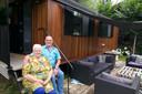 Tineke en Ad van den Heuvel bij de pipowagen op De Reekens.