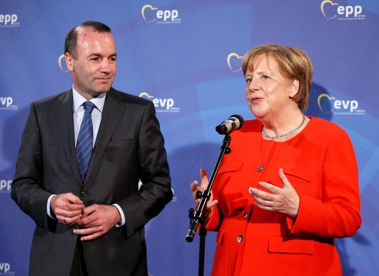 De Duitser Manfred Weber, hier naast Merkel, was de 'Spitzenkandidaat' van de EVP bij de Europese verkiezingen, maar de andere fracties staan niet te springen om hem de job van Commissievoorzitter te gunnen.