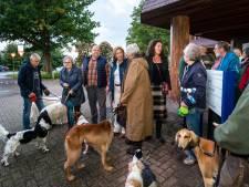 Honden en baasjes protesteren tegen de afsluiting van de weg naar hondenuitlaatgebied Rozendaalse Veld