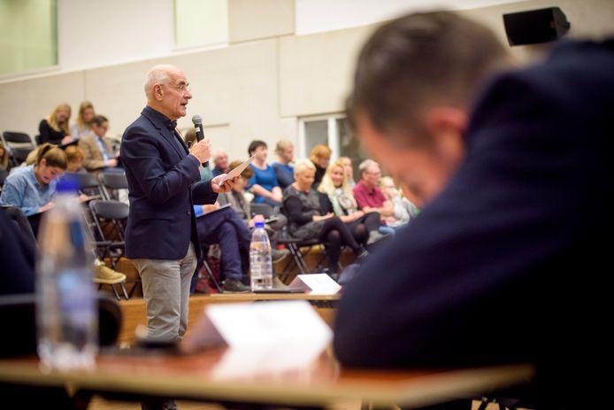 Radiopresentator Frits Spits vorig jaar op het Eindhovense Augustinianum. Volgende week is hij dag-voorzitter van de werkgeversconferentie 'Duurzame inzetbaarheid, het begint met taal' over lage taalvaardigheden op de werkvloer.