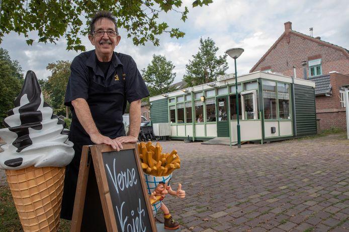 Jaco Maas stopt met zijn frietkot aan het Jan Maasplein in Soerendonk en kreeg een serenade van het gilde.