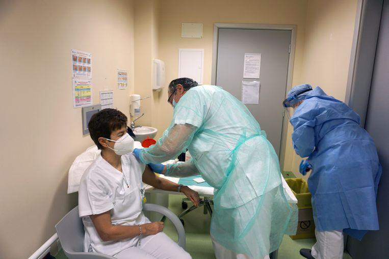 Een verpleegkundige in het Italiaanse Bergamo, epicentrum van de eerste coronagolf in Europa, wordt gevaccineerd.  Beeld Reuters