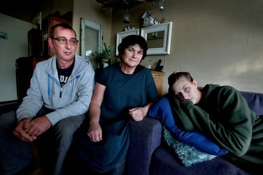 Marjolein van Hoogendam met haar ouders, die een crowdfundingactie begonnen zijn.
