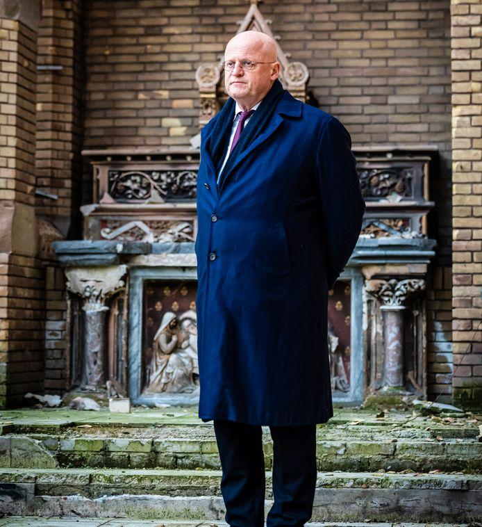 Minister Grapperhaus brengt een bezoek aan de afgebrande kerk in Hoogmade.