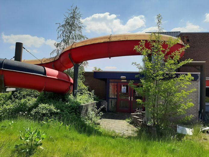 Wie er ruimte voor heeft, kan de glijbaan van het oude zwembad Brandenburg in zijn tuin zetten.