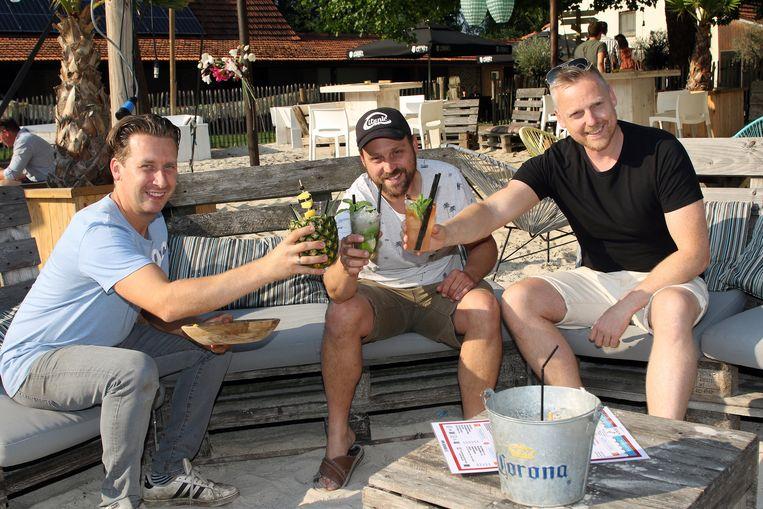 Uitbaters Wout Janssen,Nick Smets en Nick Meylemans genieten van een lekker drankje op het strandje van Ark Beach.