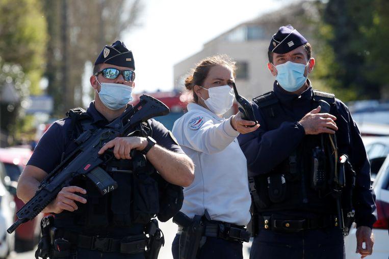 Franse politie controleren het gebied rondom het politiebureau waar hun collega dood werd gestoken. Beeld REUTERS
