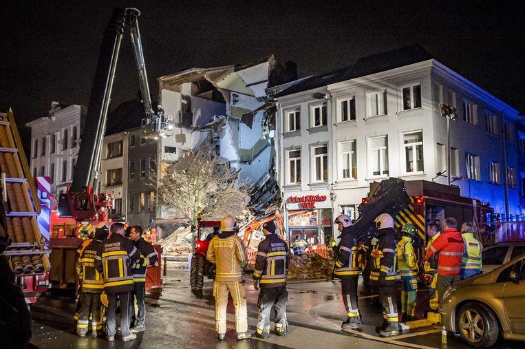 Brandweerlieden zoeken naar overlevenden in het puin op de Paardenmarkt in Antwerpen, nadat bij een gasexplosie een gebouw is ingestort. Beeld ANP