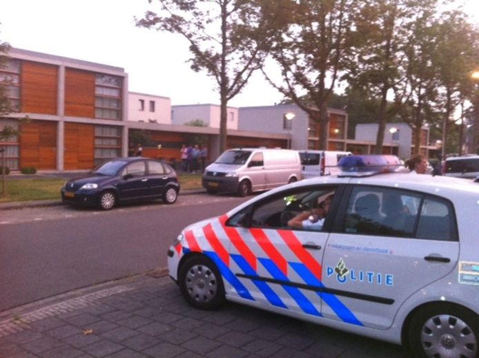 De inval bij een pand aan de Ingenhovenlaan in Tilburg, waar één van de leden van de Tilburgse hennepfamilie verbleef. Foto Bas Vermeer/BD