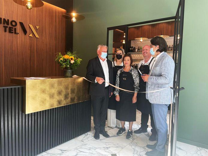Burgemeester Dewael opent samen met zaakvoerders Inge Wetzels, Manuela Villalona en gedeputeerde Philtjens de nieuwe zaak.