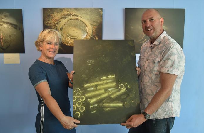 Astrid en Roel van der Mast bij hun expositie 'Oorlogsaquarium' in het museumcafé van het Polderhuis.