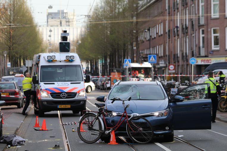 De politie onderzoekt het ongeval op de Molukkenstraat in Amsterdam. Beeld Robby Hiel