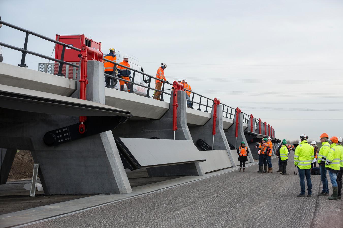 De inlaatkleppen in Veessen, bij Zwolle. Tegenstanders van de schuif in Lob van Gennep vrezen dat er tussen Milsbeek en Gennep een vergelijkbare constructie komt.