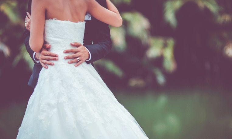 Vrouw krijgt hartaanval op weg naar haar bruiloft maar trouwt alsnog