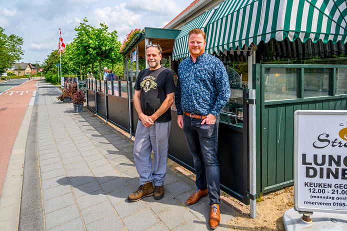 Wethouder Thomas Melisse en Vincent van den Broek, eigenaar van Café Stroop, presenteren maatregelen om geluidsoverlast te beperken.