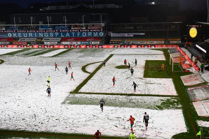 De sneeuw maakte voetballen in de match tussen KV Oostende en KV Kortrijk nagenoeg onmogelijk.