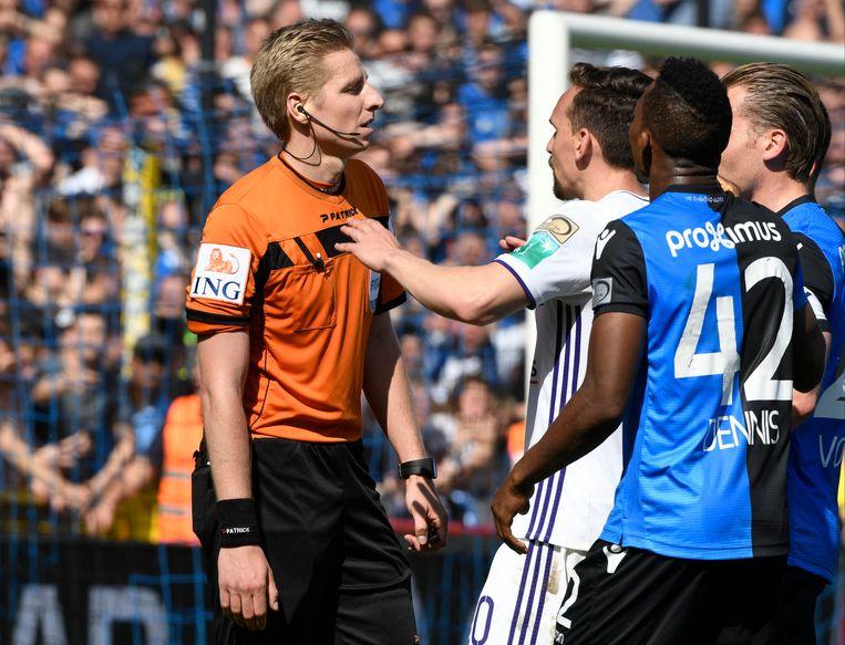Scheidsrechter Lawrence Visser moest veel brandjes blussen tijdens Club-Anderlecht. Beeld Photo News